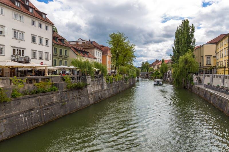 Pejzażu miejskiego widok na Ljubljanica rzece w Ljubljana starym miasteczku zdjęcie royalty free