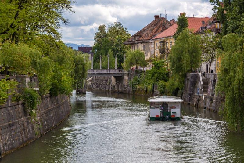 Pejzażu miejskiego widok na Ljubljanica rzece w Ljubljana starym miasteczku zdjęcie stock