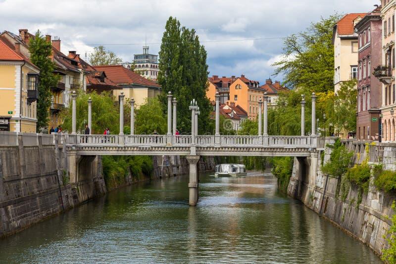 Pejzażu miejskiego widok na Ljubljanica rzece w Ljubljana starym miasteczku fotografia stock
