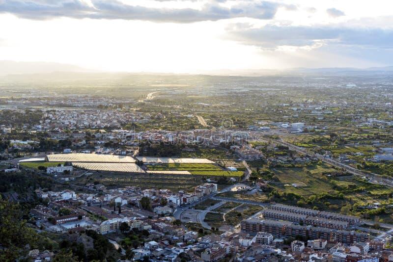 Pejzażu miejskiego widok z lotu ptaka Murcia miasto od gór podczas pięknego zmierzchu, obrazy stock