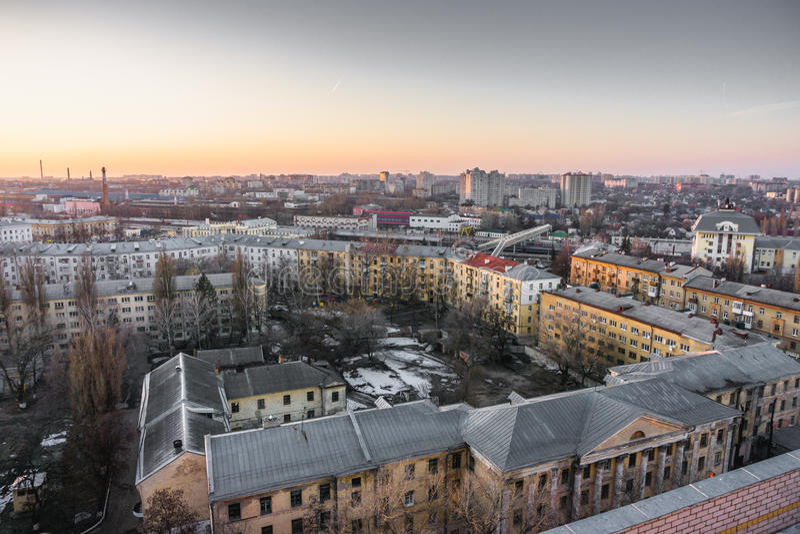 Pejzażu miejskiego zmierzch, widok z lotu ptaka od dachu Voronezh miasto, domy, dormitoria obraz stock