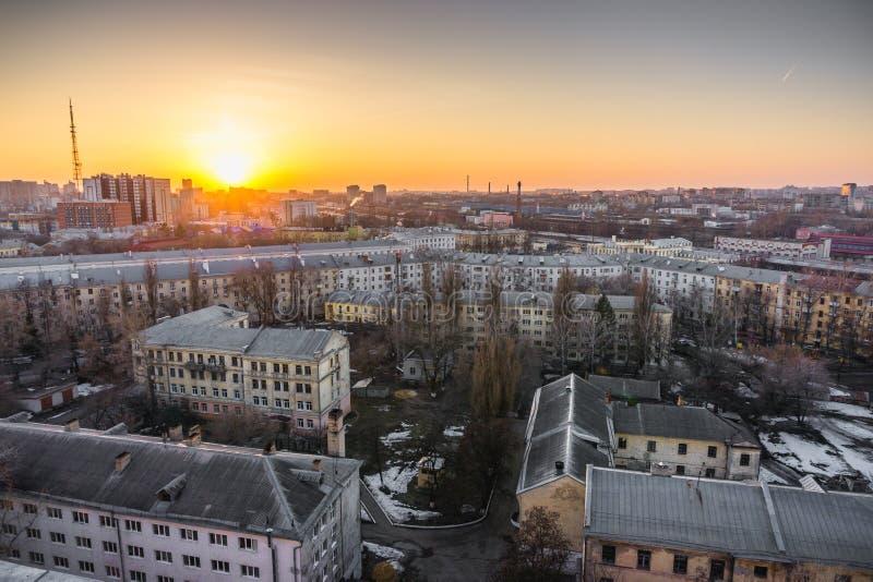 Pejzażu miejskiego zmierzch, widok z lotu ptaka od dachu Voronezh miasto, domy, dormitoria obraz royalty free