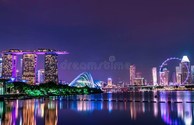 Pejza? miejski Singapur nowo?ytny i pieni??ny miasto w Azja Marina podpalany punkt zwrotny Singapur Noc krajobraz biznesowy budyn zdjęcie stock