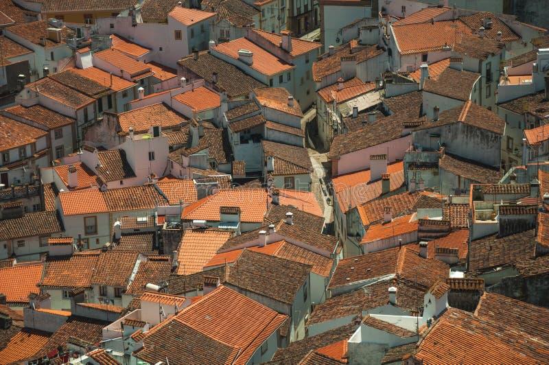Pejza? miejski z wiele dachami i brukowiec alej? obrazy stock