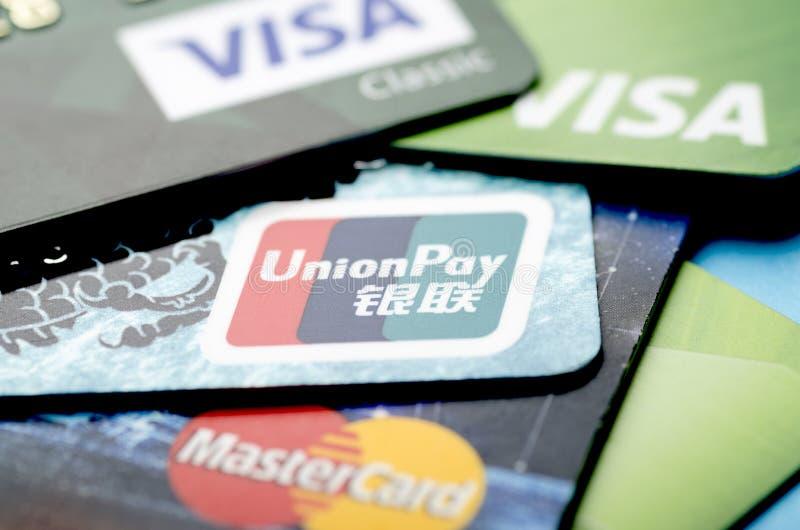 Pek?n, China - 6 de abril de 2019: Primer de las tarjetas del sistema de pago de la paga, de la visa y de Mastercard de la uni?n imagenes de archivo