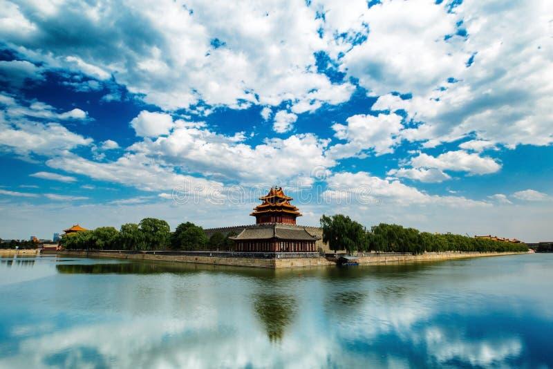 Pekín, China - 11 de julio de 2014: Fosa de la ciudad Prohibida, torre de la esquina fotos de archivo