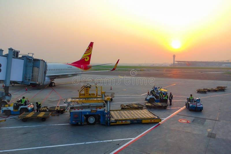 Pekín, China 19 de mayo de 2016: El avión de Hainan Airlines se parquea en el aerobridge del aeropuerto internacional capital de  fotografía de archivo