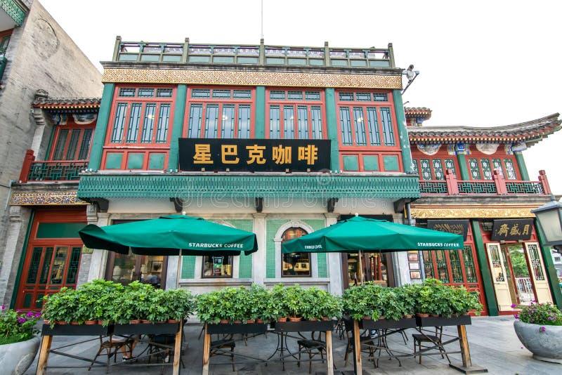 Pekín, China - 25 de mayo de 2018: Vista de Starbucks, de una compañía americana del café y de la cadena del café, en la calle co imágenes de archivo libres de regalías