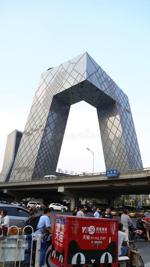 PEKÍN, CHINA - 6 de septiembre de 2016: Trafique el empalme cerca del edificio de la televisión central de China (CCTV) en el día imagenes de archivo