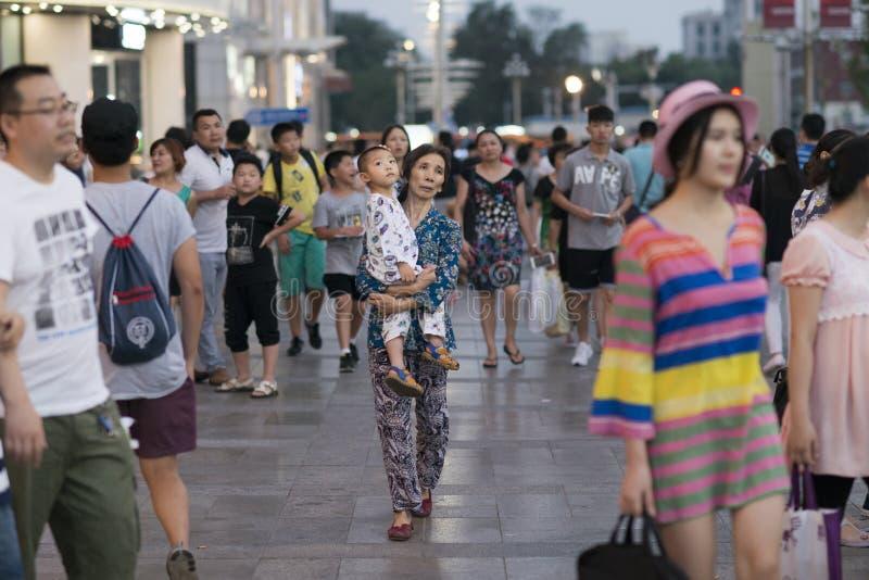 Pekín, China - 08 02 2016: Mujer sin hogar asiática con su niño en una calle de Pekín, China imagenes de archivo