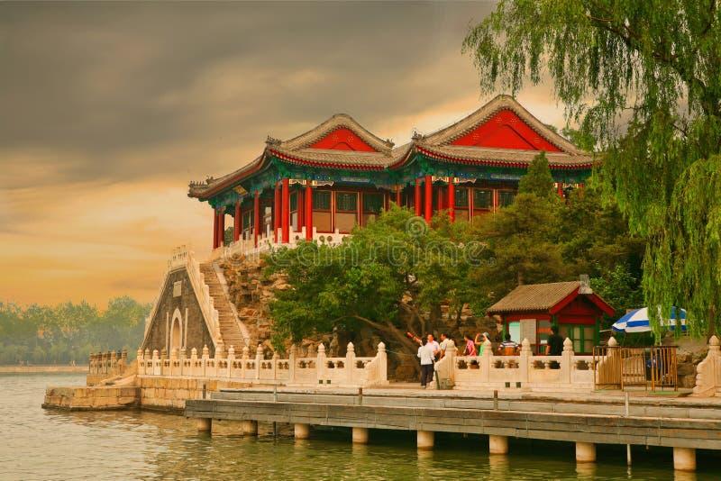 Pekín, China 07 06 2018 turistas que miran la puesta del sol en la costa del lago kunming en el palacio de verano fotos de archivo
