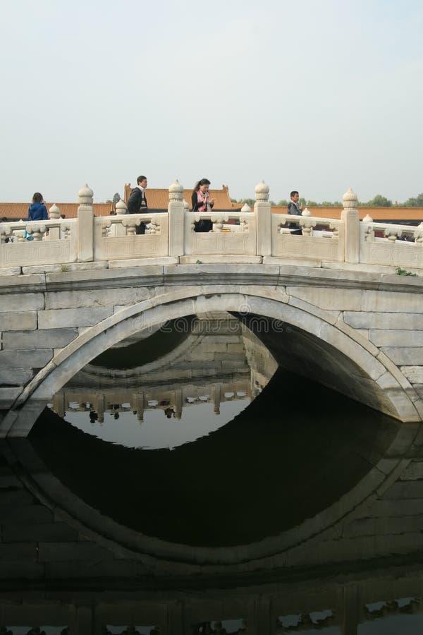 PEKÍN - OCTUBRE DE 2012: los turistas chinos no identificados cruzan un Br fotos de archivo libres de regalías