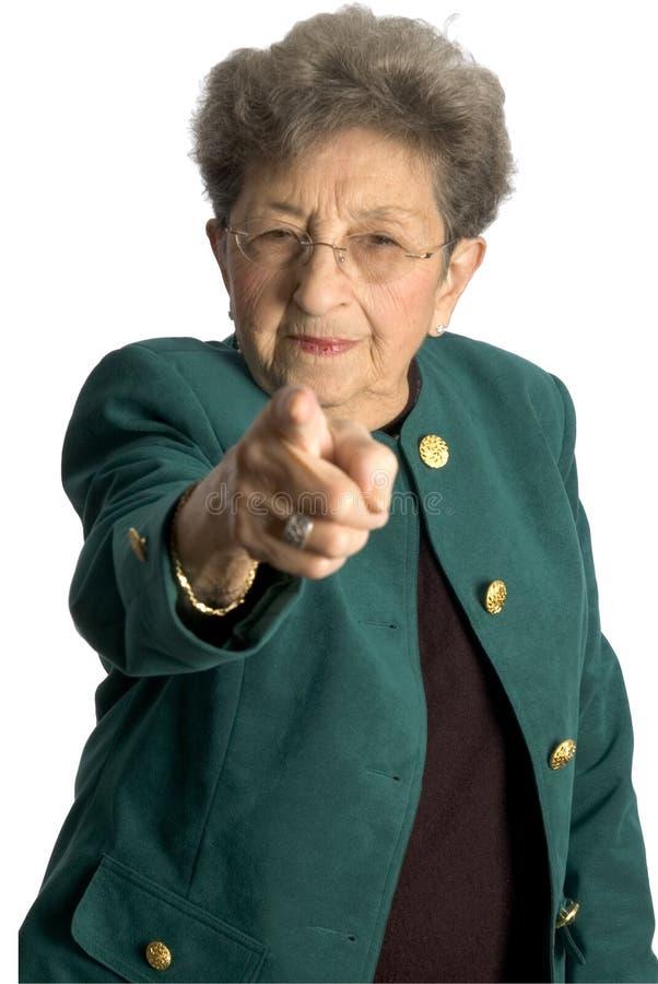peka den höga allvarliga kvinnan arkivfoto