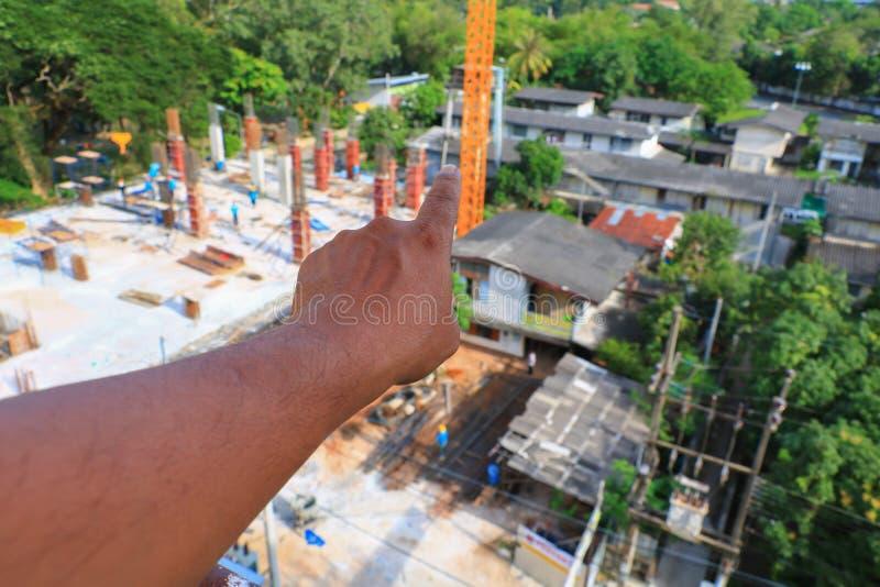 Peka på en byggnad under konstruktion royaltyfri bild