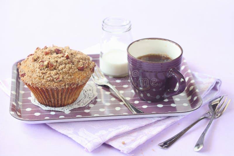 Pekannuss-Muffin mit Streusel-Belag stockfoto