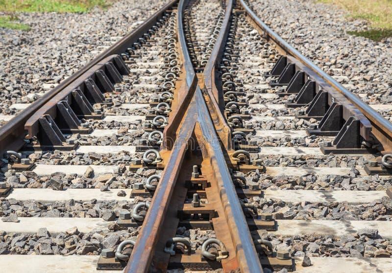 Pekar den rostiga gamla järnvägsspårströmbrytaren för stål två, två banor kommer tillsammans arkivbild