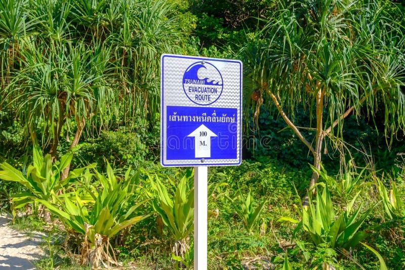 Pekare som indikerar riktningen för evakuering från tsunami Varnande tecken: Tsunamievakueringsrutt royaltyfria foton