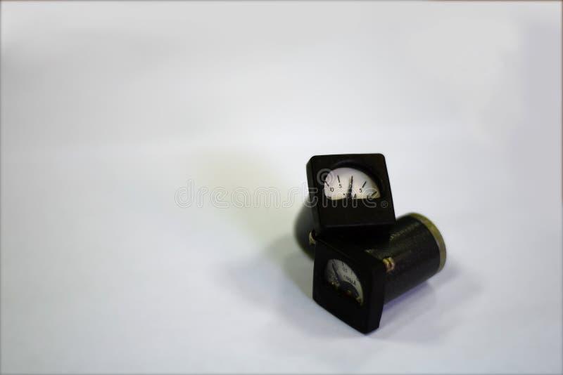Pekare-typ microammeter på vit bakgrund arkivfoton