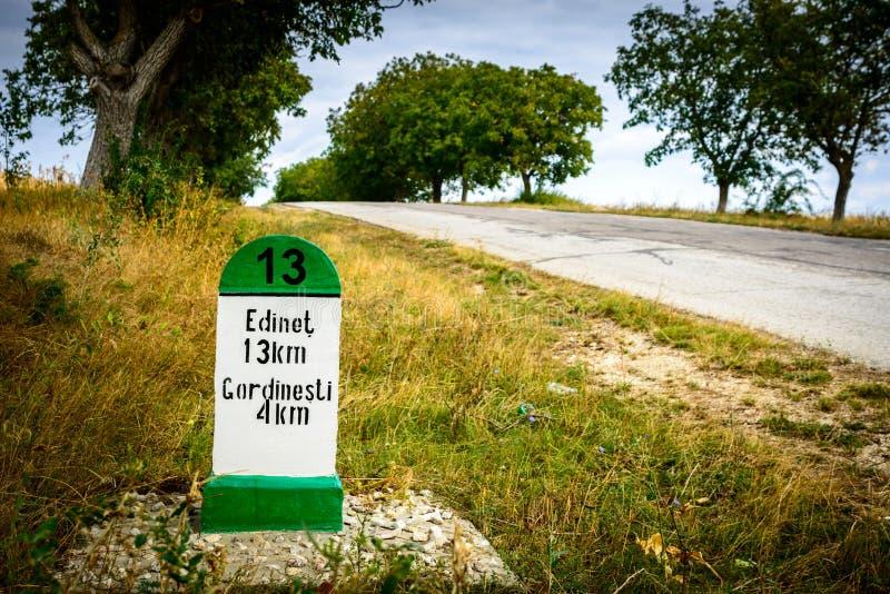 Pekareavstånd på vägen 13 km moldova royaltyfri foto