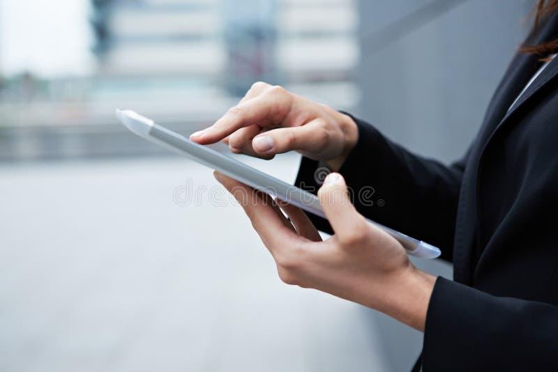 Pekfinger på tabletPCen royaltyfria bilder