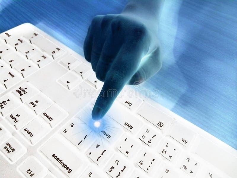 Pekfingret av den funktionsdugliga kvinnan som pekar för att skjuta, skriver in knappen på det vita tangentbordet royaltyfria bilder