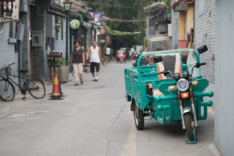 Pekin, Chiny - 08 04 2016: Dorosły trójkołowiec, rower z trzy toczy wewnątrz hutong w ulicie Pekin, Chiny zdjęcia stock