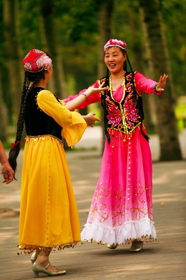 Pekin, Chiny 07 06 2018 Dwa kobiet w jaskrawych sukniach tanczą w parku obraz royalty free