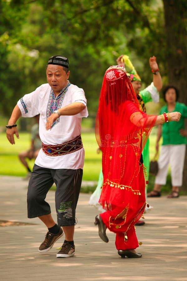 Pekin, Chiny 07 06 2018 kobieta w czerwieni sukni i wąsy mężczyzna tanczymy w parku fotografia stock