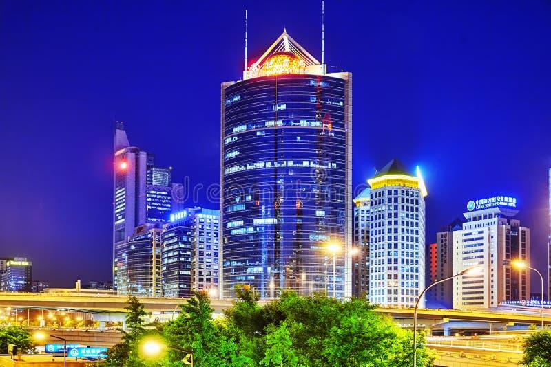 PEKIN CHINY, MAJ, - 20, 2015: Wieczór, nocy Pekin nowożytny busi zdjęcia stock