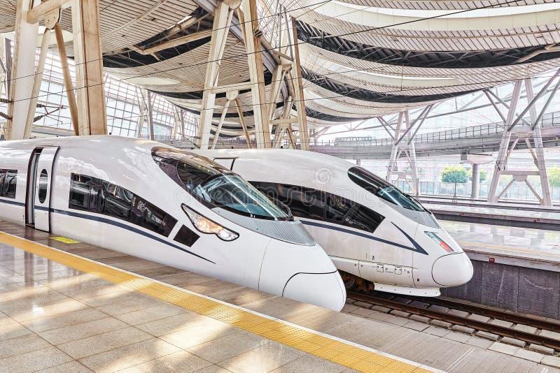 PEKIN, CHINY MAY 23, 2015: Wysoki prędkość pociąg przy kolejami s zdjęcia stock