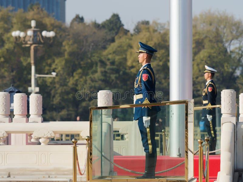 Pekin Chiny, Nov, - 25, 2018 Chińskie gwardie honorowe stoi przy plac tiananmen Przystojny żołnierza stojak prosto lubi flagpole obrazy royalty free