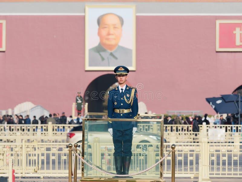 Pekin Chiny, Nov, - 25, 2018 Chińskie gwardie honorowe stoi przy plac tiananmen Przystojny żołnierza stojak prosto lubi flagpole obraz royalty free