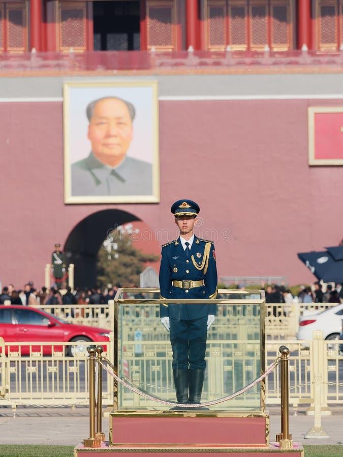 Pekin Chiny, Nov, - 25, 2018 Chińskie gwardie honorowe stoi przy plac tiananmen Przystojny żołnierza stojak prosto lubi flagpole obrazy stock