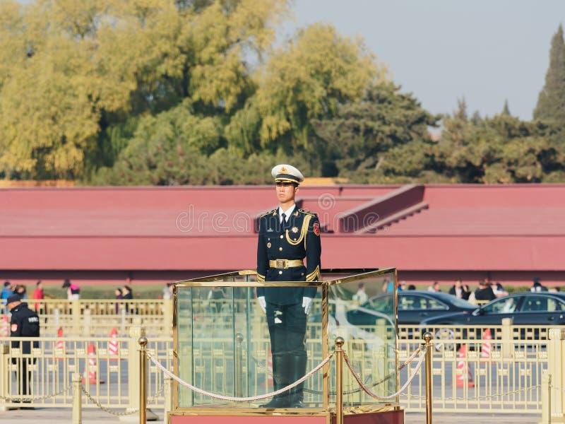 Pekin Chiny, Nov, - 25, 2018 Chińskie gwardie honorowe stoi przy plac tiananmen Przystojny żołnierza stojak prosto lubi flagpole zdjęcia stock