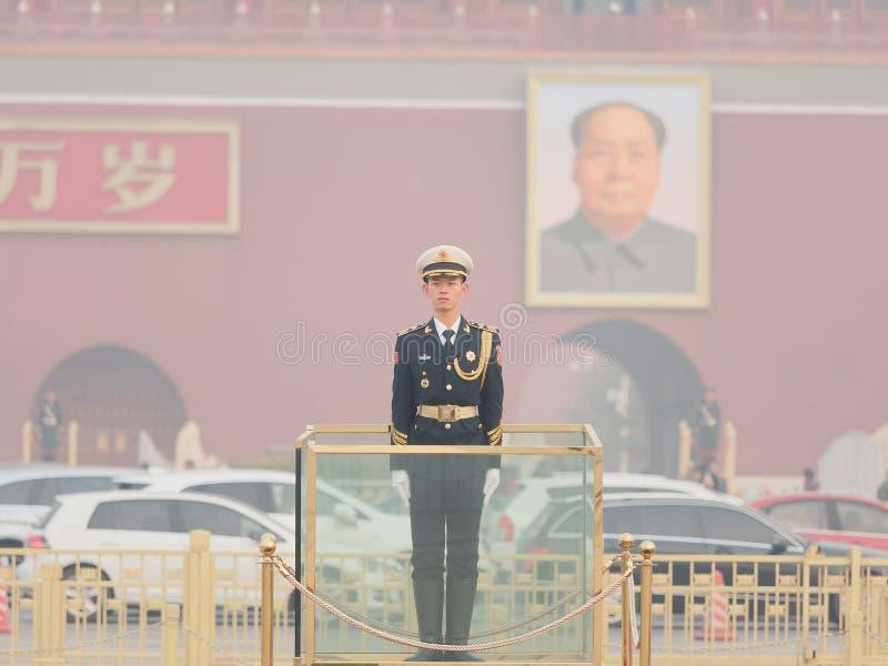 Pekin Chiny, Nov, - 26, 2018 Chińskie gwardie honorowe stoi przy plac tiananmen Przystojny żołnierza stojak prosto lubi flagpole zdjęcie royalty free