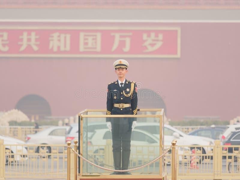Pekin Chiny, Nov, - 26, 2018 Chińskie gwardie honorowe stoi przy plac tiananmen Przystojny żołnierza stojak prosto lubi flagpole fotografia royalty free