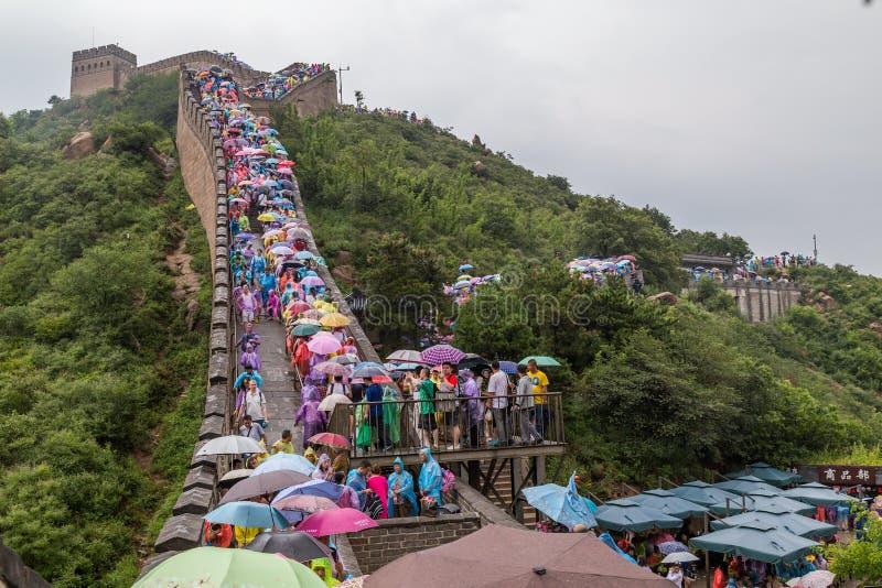 Pekin, Chiny - około Wrzesień 2015: Turyści na wielkim murze w Pekin, Chiny obrazy stock