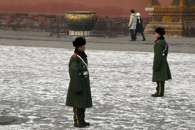 Pekin Chiny, stra?nicy stoi uwaga w podw?rzu przy Niedozwolonym miastem zdjęcie royalty free