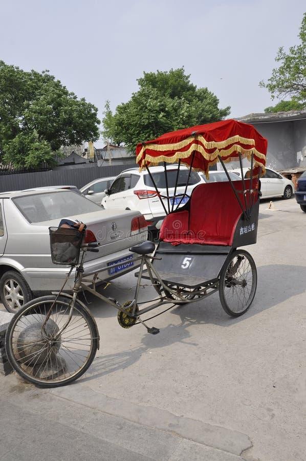 Pekin, 7th może: Trójkołowiec z czerwoną taksówką od Wangzuo Hutong w Pekin fotografia stock