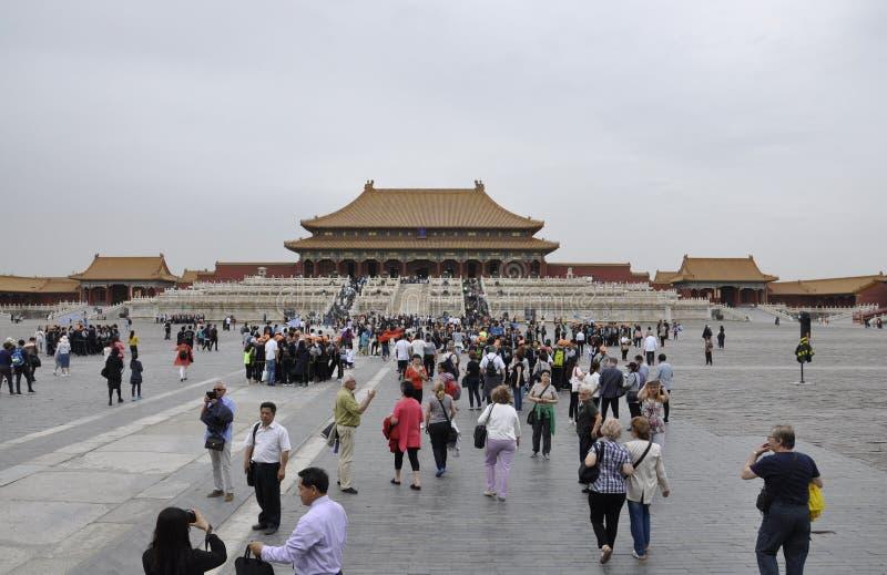 Pekin, 5th może: Turyści odwiedza Hall Najwyższa harmonia w Forbbiden mieście w Pekin Chiny zdjęcia stock
