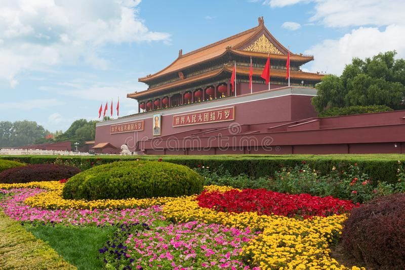 Peking, CHian - 20. Oktober 2017: Tiananmen-Tor in Peking, China Chinesischer Text auf der roten Wand liest: Lang leben Sie China lizenzfreies stockfoto
