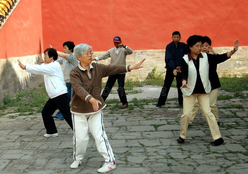 Peking, China: Ältere, die Tai'Chi tun stockfotos