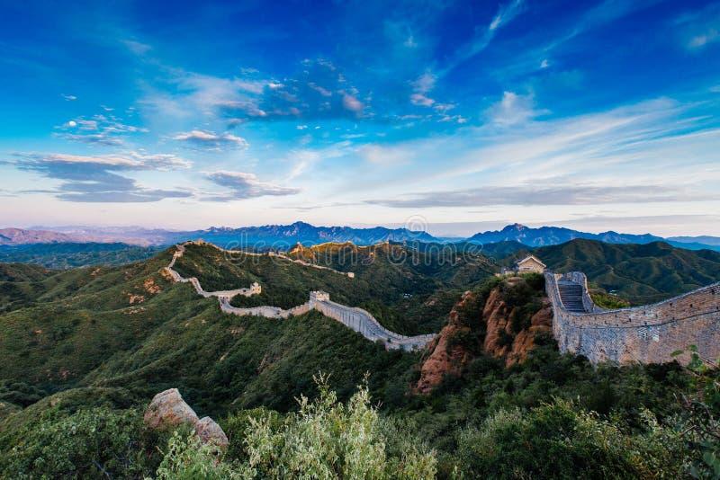 Peking, China - 12 augustus, 2014: Zonsopgang bij de Grote Muur van Jinshanling stock foto's