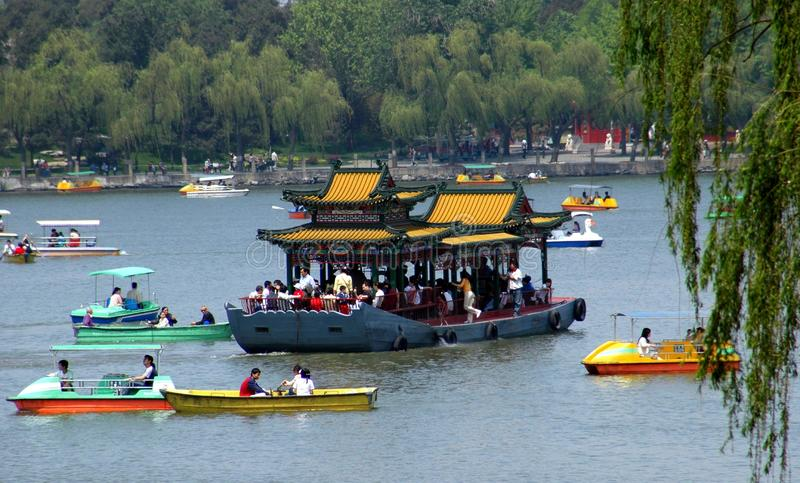 Peking, China: Bootfahrt im Behei Park lizenzfreie stockbilder