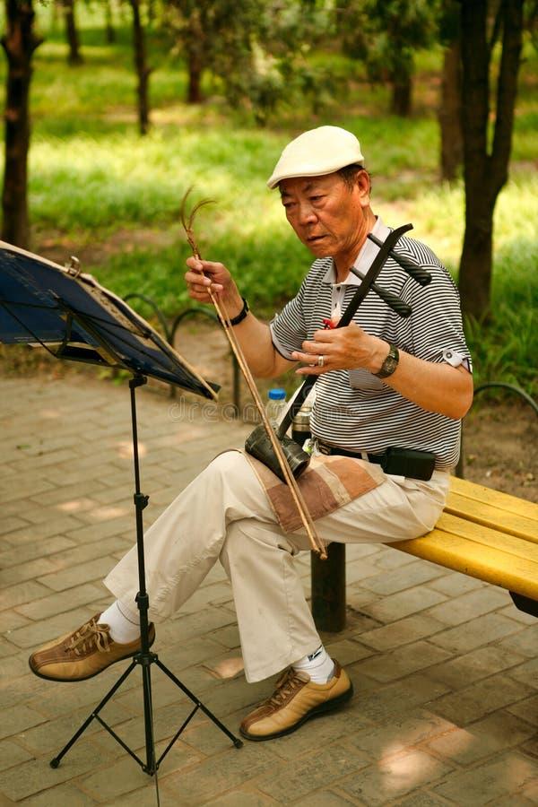 Peking, China 07/06/2018 chinesischer Pensionär A spielt im Park mit einem nationalen Instrument erhu stockbilder