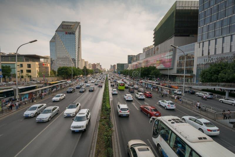 PEKING, CHINA - CIRCA JUNI 2015, de mening over de weg laadde hoogst met verkeer royalty-vrije stock foto's