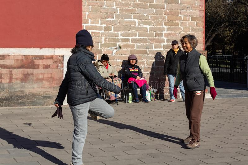 PEKING, CHINA - 19. DEZEMBER 2017: Chinesinnen, die Jianzi in Himmelstempel, China-Staatsangehörigsport spielen lizenzfreie stockfotografie