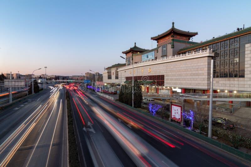 PEKING, CHINA - 21. DEZEMBER 2017: Chinesische Seide, Geräte, Elektronik und Kleidungseinkaufszentrum in Peking neben einer große stockfoto