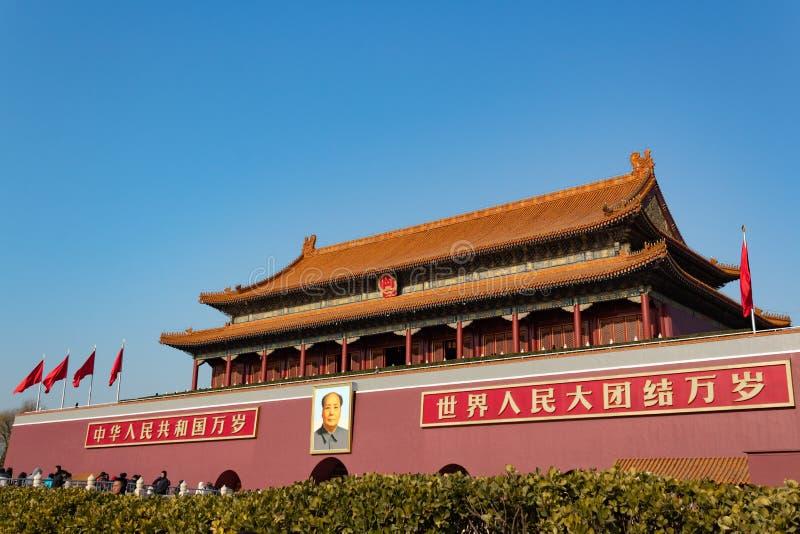PEKING, CHINA - 23. DEZEMBER 2017: Eingang von Verbotener Stadt von Peking mit Mao Zedong-Bild und Chinesen schützen tagsüber stockfotos
