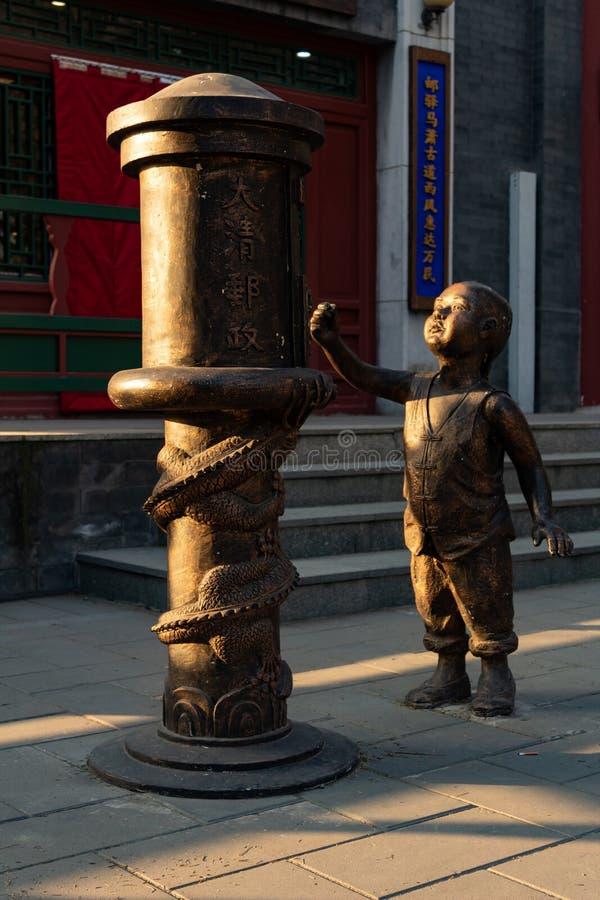 PEKING, CHINA - 23. DEZEMBER 2017: Kindermetallskulptur auf Qianmen-Straße stockbilder